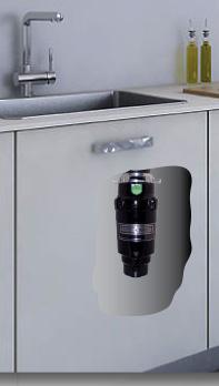 Kuchyňská skříňka s dřezem, uvnitř drtič odpadu na mokré zbytky jídel, odpadkový koš na dvířkách nebo vedle drtiče na zbylý směsný odpad.